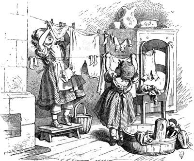 Fetițe spălând haine de păpuși